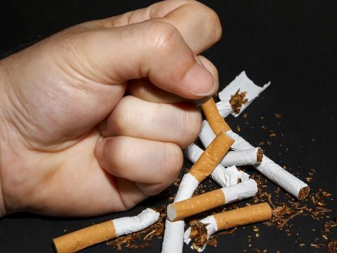 Вот далеко не весь список болезней, которые провоцируются табачным дымом: Бронхиальная астма; Хронический